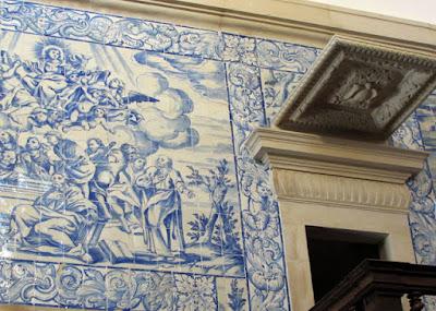 parede de azulejos de uma igreja