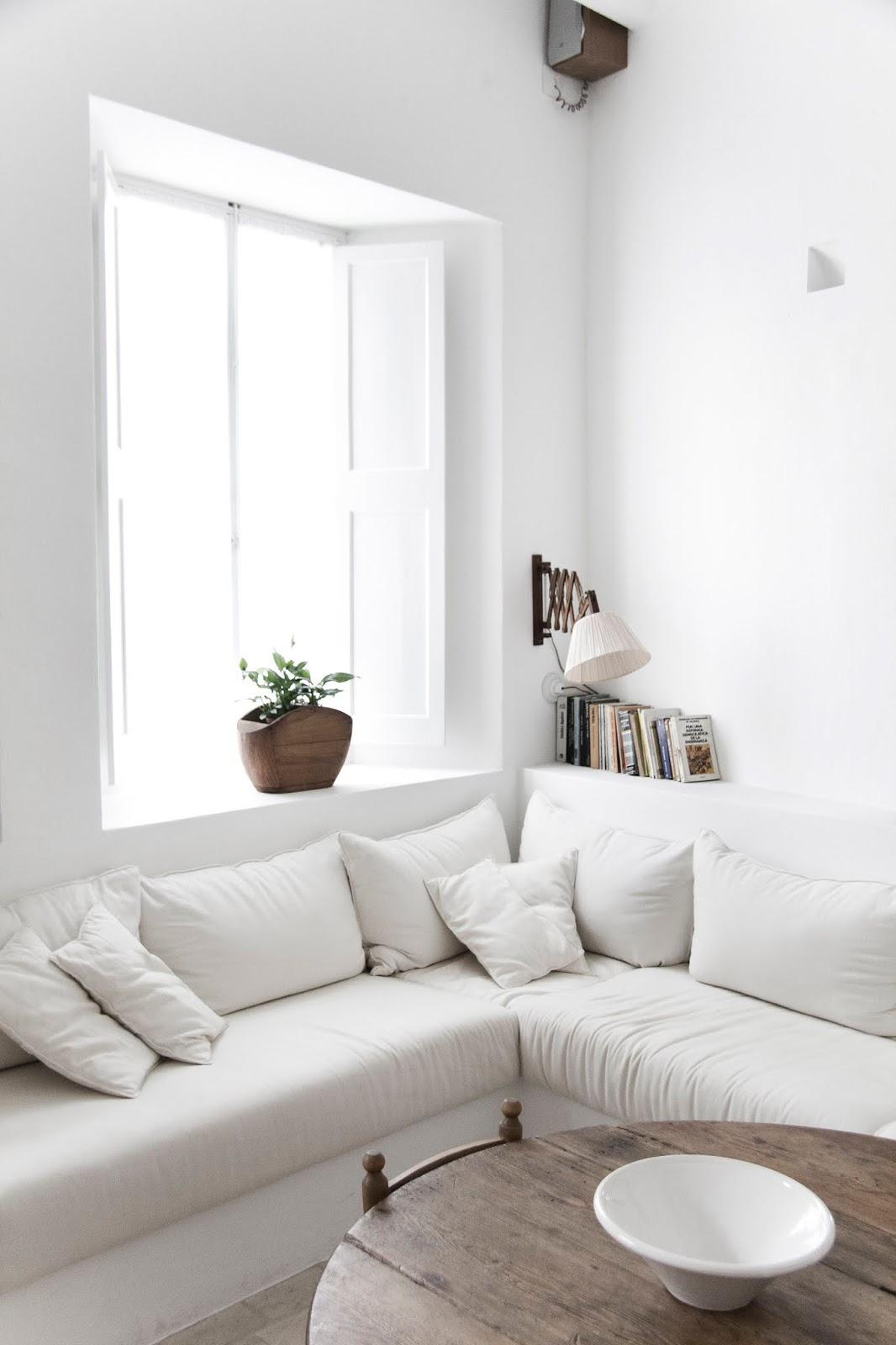 Elementos blancos y naturales para el salón