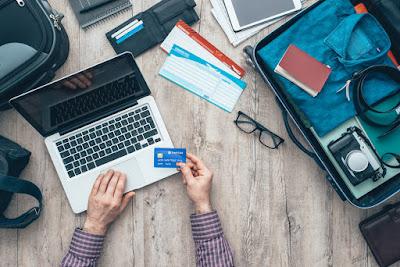 Viajero comprando online con una tarjeta de crédito aceptada en islandia