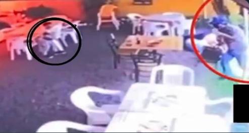 Video: El ultimo abrazo de niño a su madre, endemoniado rata entro a local de comida y por un bolsa le quita la vida a su hijo y a su madre la dejo herida en el piso en Morelos