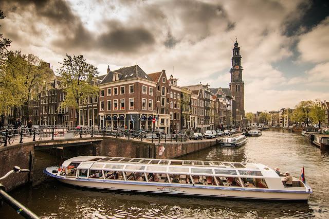 In barca lungo i canali ad Amsterdam