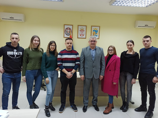Неки од стипендиста са председником општине, мр Драганом Божићем.