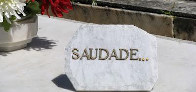 palavra saudade num túmulo