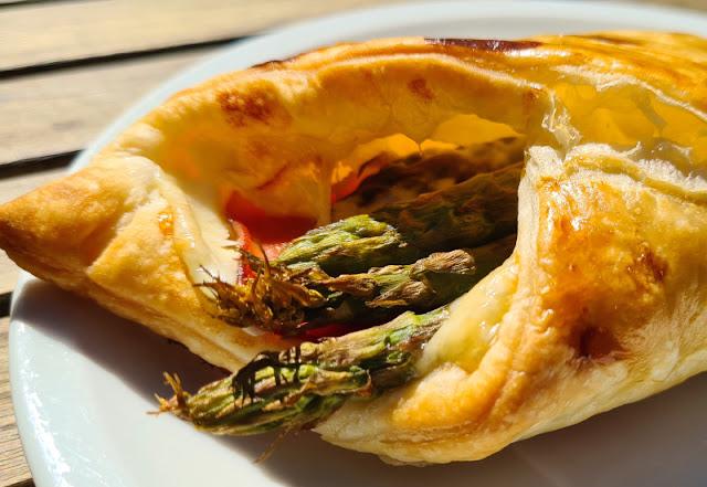 Ein Rezept, zwei Varianten: Blätterteig-Taschen mit Spargel und Blätterteig-Taschen mit Paprika. Die herzhaften Taschen sind einfach zu füllen, mit grünem Spargel, aber auch mit anderem Gemüse!