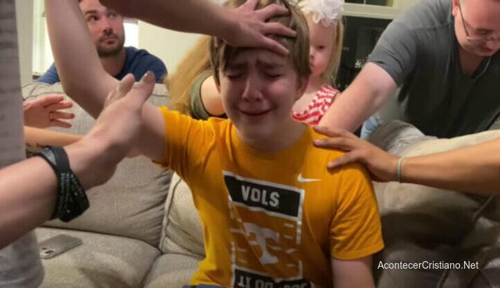 Adolescente acepta a Cristo en culto en casa