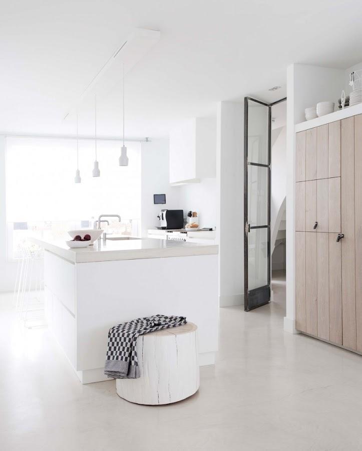 cocina, blanco, estilo nordico, decoracion nordica, tronco, pintar tronco arbol, cocina, kitchen, decorar cocina, interiorismo, barcelona, alquimia deco