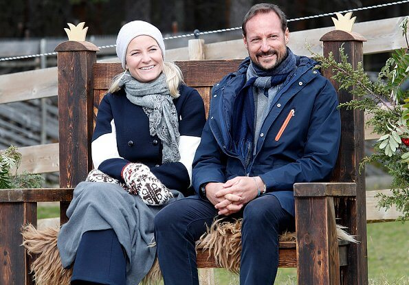 Crown Prince Haakon and Crown Princess Mette-Marit visited the Ullinsvin Culture Center in Vågåç navy blue coat