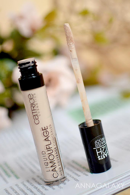 Консилер Catrice liquid camouflage high coverage concealer имеет удобный спонжик