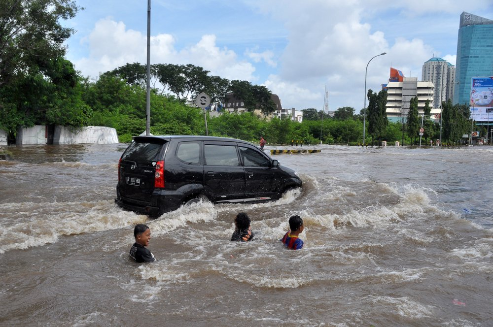 5-tips-aman-jika-mobil-terpaksa-harus-menerobos-banjir