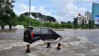 5 Tips Aman Jika Mobil Terpaksa Harus Menerobos Banjir