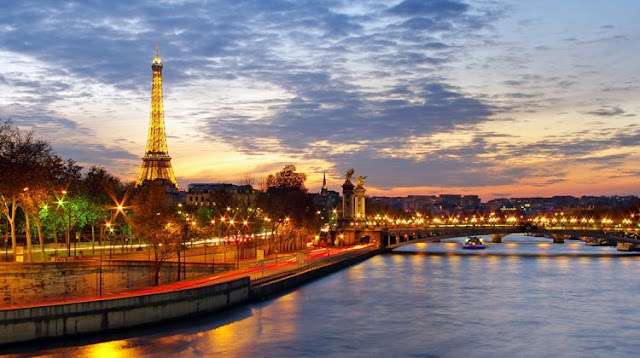 The Seine is one of the best places to admire a romantic sunset in paris