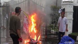 Desak Jokowi Terbitkan Perppu, Mahasiswa 'Bakar' Pagar Gedung DPRD Jabar
