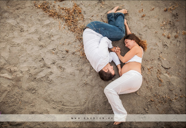 embarazo visto desde arriba embarazada en la arena junto al hombre