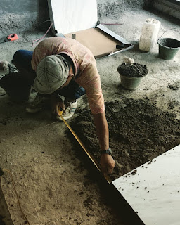Memasang_Keramik_lantai_Dengan_Adukan