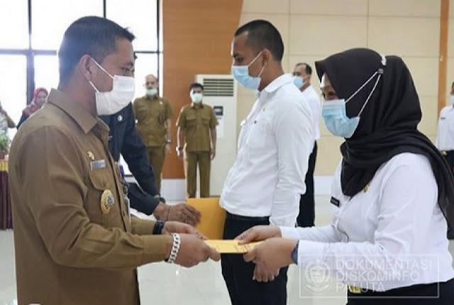 Andar Amin Harahap Serahkan SK Tentang Pengangkatan CPNS di Padang Lawas Utara.lelemuku.com.jpg