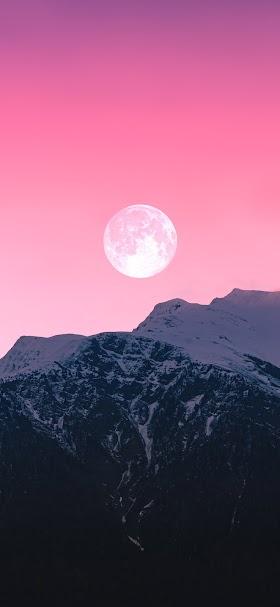 خلفية قمر مكتمل في سماء وردية اللون