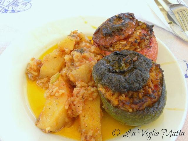 pomodori e peperoni ripieni di riso del ristorante Avra a Kioni, isola di Itaca