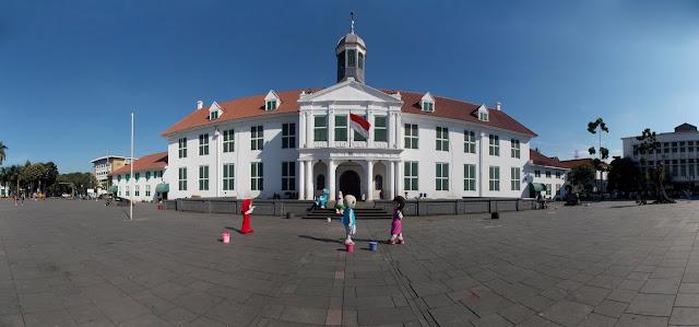 Museum Fatahillah Kota Tua Jakarta dengan Tamannya yang luas