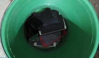 إدارة إعدادية تغرق هواتف التلاميذ الغشاشين في دلو ماء بالسمارة !