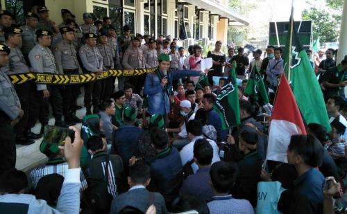 Demo DPRD, HMI Pamekasan Nilai Kebijakan Rezim Jokowi Tidak Pro Rakyat
