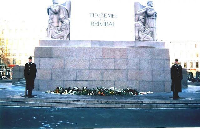 2000 (?) год. Рига. Караул возле монумента Свободы
