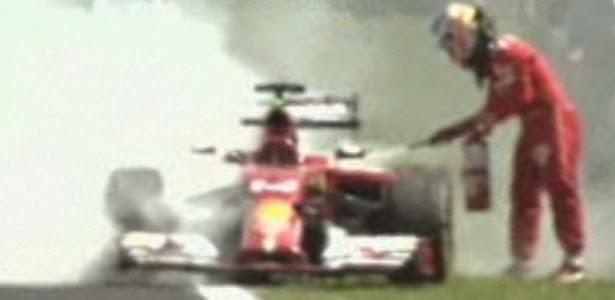 Ferrari de Alonso pega fogo em treino livre no Brasil