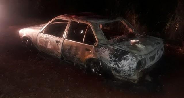 Corpo carbonizado é encontrado dentro de veículo em chamas em Juranda