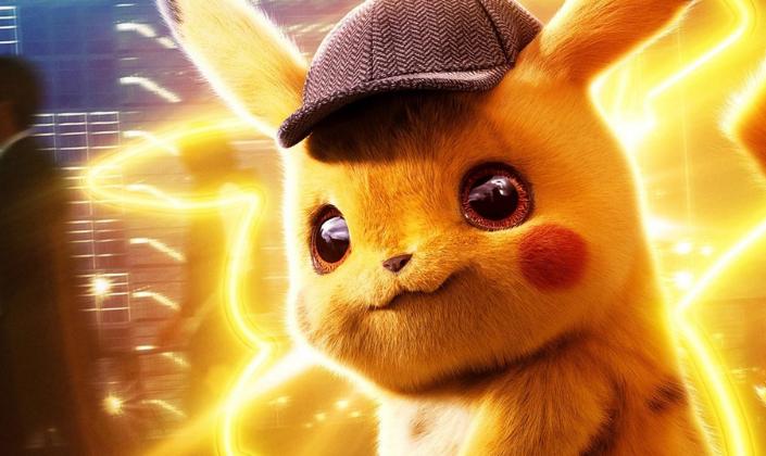 Imagem de capa: pôster de Detetive Pikachu, com o Pikachu em CGI, um pequeno monstro com pelos amarelos, nas bochechas pequenos círculos vermelhos, longas orelhas e olhos enormes e castanhos, gerando raios de energia elétrica amarela ao seu redor e um fundo de uma cidade com pessoas passando.