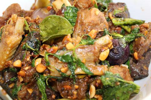 Sauté de canard aux épices khmères (ទាកាប៉ាឆាក្ដៅ)