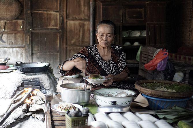 Mbah Yasmi menjual Lontong Pecel di dapurnya