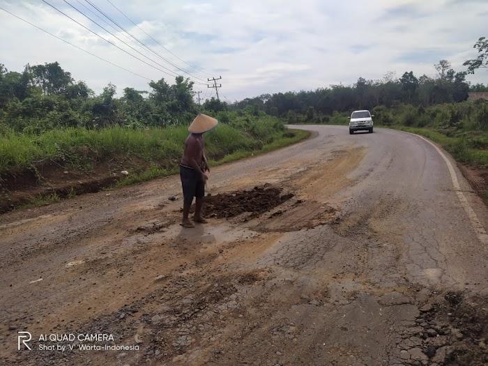Minim Perhatian Pemerintah, Warga Perbaiki Jalan Secara Swadaya