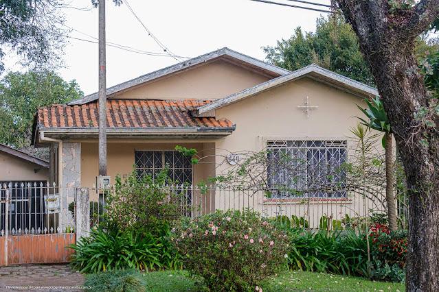 Casa na Avenida Edgar Stelfed, com ornamento de ferros