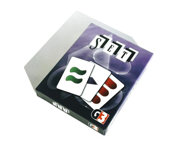 na zdjęciu opakowanie gry set w kolorze fioletowym z wizerunkiem trzech kart