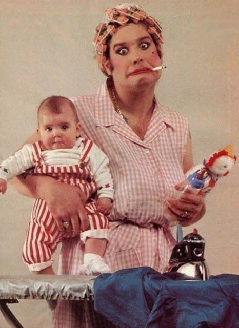 Ozzy Osbourne planchando un bebé en 1983
