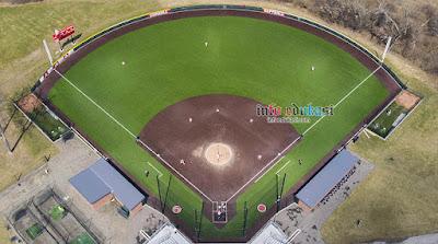 Contoh gambar berupa foto bentuk lapangan softball dari atas