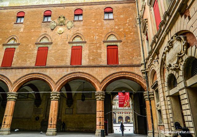 Pátio do Palácio d'Accursio, Bolonha, Itália