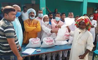 দিনাজপুর  বিএনপির উদ্যোগে কর্মহীন গরিব মানুষের মাঝে খাদ্যসামগ্রী বিতরণ