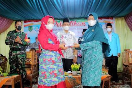 Zulaikhah Wardan Kukuhan Bunda PAUD dan PC Himpaudi se- Kecamatan Tempuling.