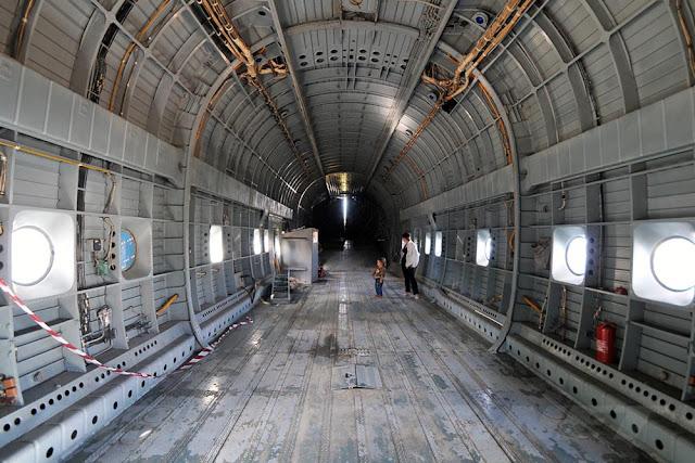 Interior do helicóptero Mi-12