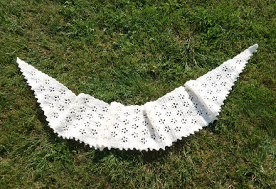 En lång smal sjal som man kan linda om halsen. Man virkar den från ena  sidan till andra. e935f578b728c