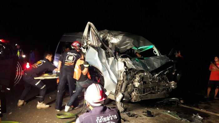 Спасители извлекают пострадавших из микроавтобуса Тойота