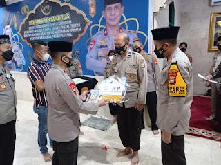 Sambut Idul Fitri, Wakapolda Sulsel Serahkan Zakat Fitrah Dan Paket Lebaran Dan Satu Unit Rumah