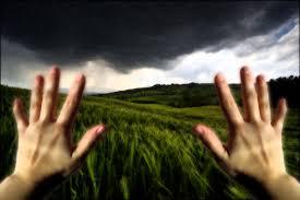 Imagen de persona que se mira las manos y no las reconoce . Despersonalización