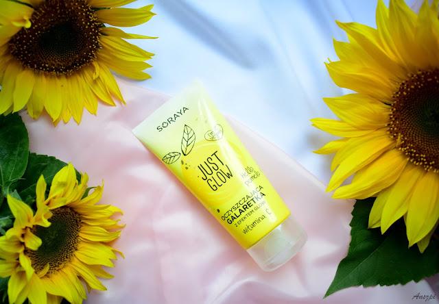 kosmetyki just glow     Kosmetyki Just Glow mają piękną wspólną szatę graficzną. Żółte słoneczne opakowania zwracają na siebie uwagę, emanują pozytywnym odbiorem. Będąc w sklepie trudno ich przegapić, zwracają na siebie uwagę. Dodatkowo pięknie pachną pamelo, jest idealny na lato, świeży i cytrusowy.  Oczyszczająca galaretka do mycia twarzy Just Glow