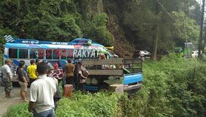 'Dicium' Bus AKDP Di KM 56-57 Berastagi, Mobil Pick Up L 300 Nyaris Masuk Jurang