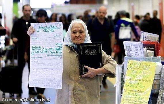 Anciana predicando en aeropuerto