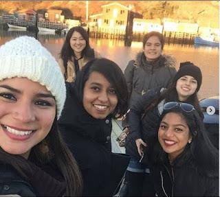 5 meninas tirando uma selfie