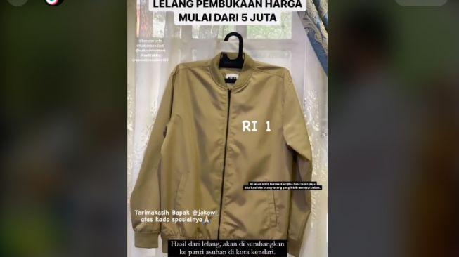 Pemuda-Putuskan-Lelang-Jaket-Pemberian-Jokowi-Saat-Antre-Vaksin-Warganet-Berdebat