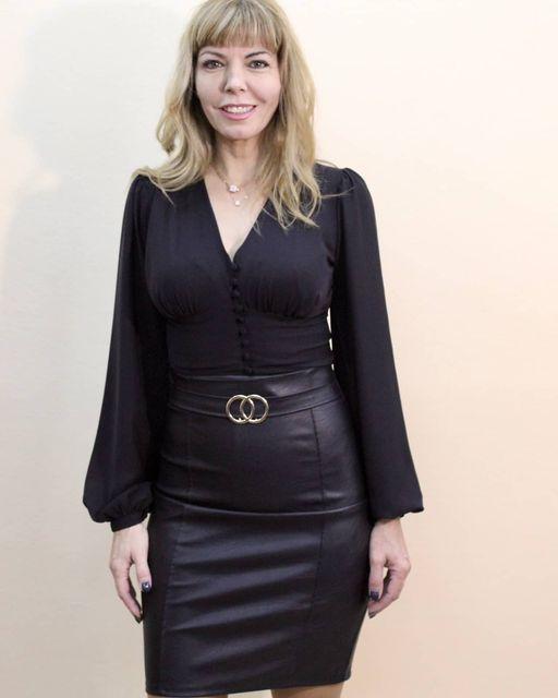 Μαύρο πουκάμισο με κουμπιά & φαρδύ μανίκι & φούστα δερμάτινης.