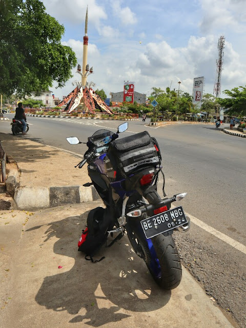 Foto Motor Touring di Tugu Payan Mas Kotabumi Lampura